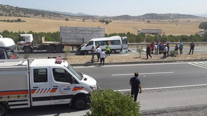 Yolcu minibüsü tıra çarptı! 2 ölü, 12 yaralı