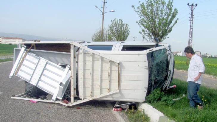 Virajı alamayan kamyonet devrildi: 6 yaralı