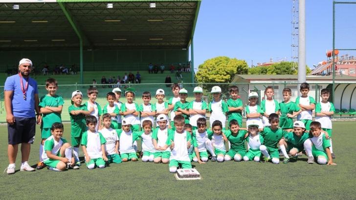 Yeşil Sahada Mutlu Çocuklar